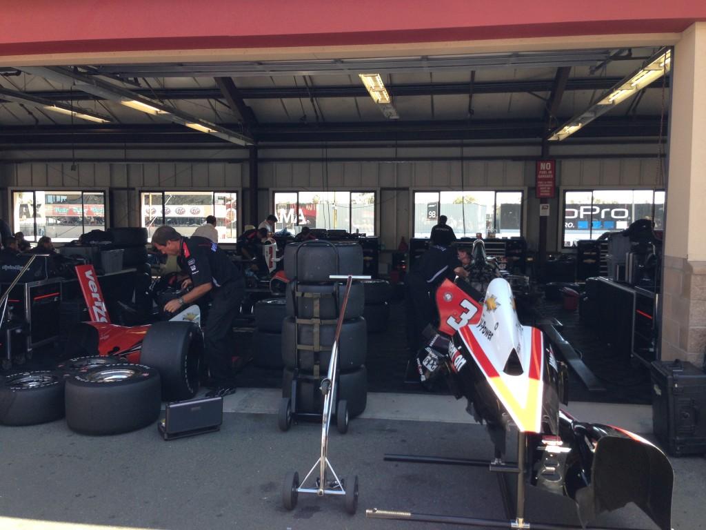 Team Penske mehaanikud töötavad garaažis Helio Castronevesi auto kallal