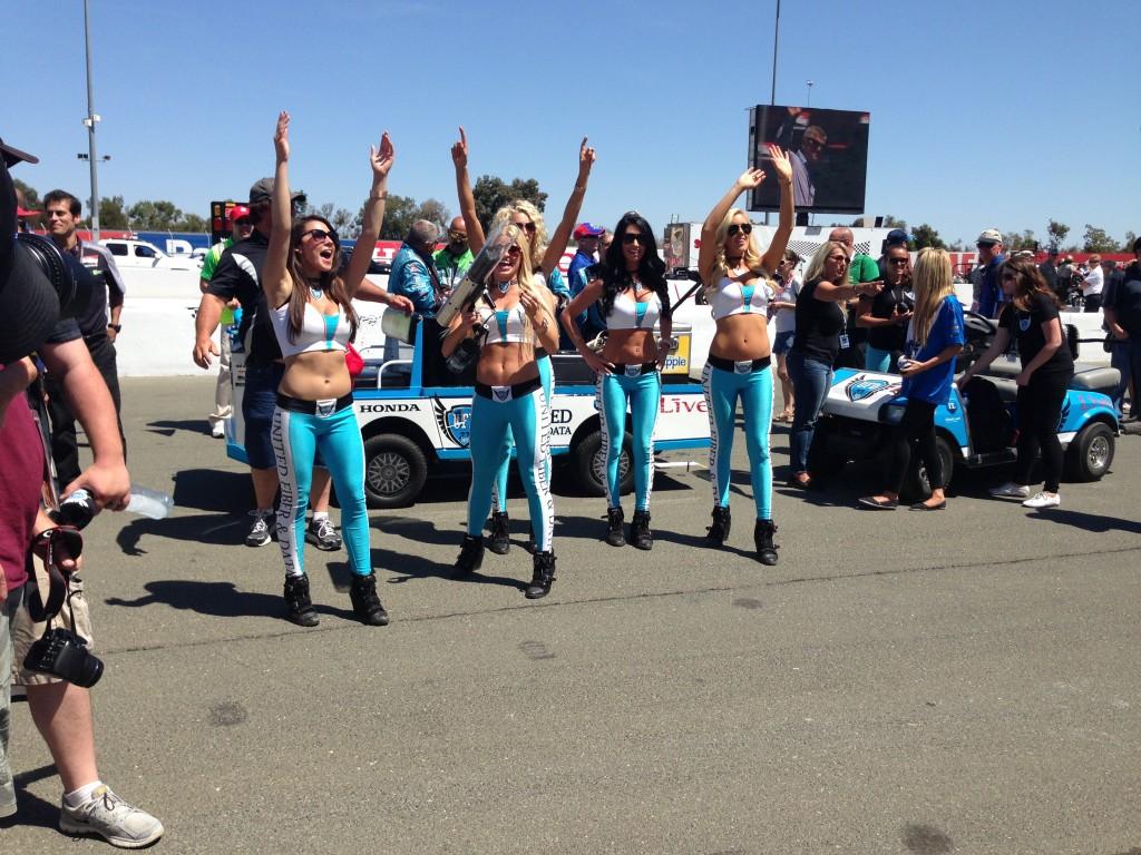 Andretti Autosporti värvides tüdrukud lõbustamas publikut.